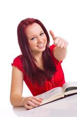 Frau mit Buch zeigt Topdaumen