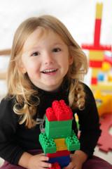 Bambina sorridente che gioca#2