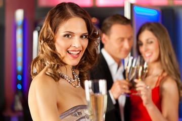 Leute mit Sekt in einer Bar oder Spielcasino