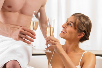 Paar beim Wellness mit Sekt oder Champagner
