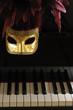 venezianische Maske und Klavier