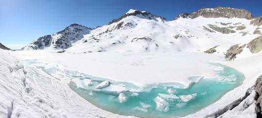 Lac enneigé du Mercantour