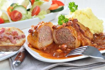 Kohlroulade mit Kartoffelpüree und Speck-Zwiebelsauce