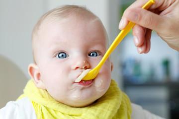 Baby beim Essen | Nahrung | sRGB