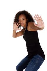 Junge dunkelhäutige Frau verteidigt sich