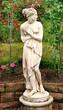 Venusstatue im Rosengarten / Hochformat