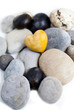 coeur en bois sur cailloux zen
