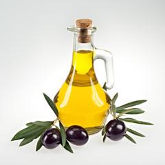 Olivenzweig mit schwarzen Oliven, Olivenöl in Flasche, isoliert