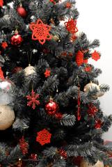 albero di Natale in bianco e nero con decorazioni rosse