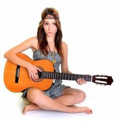 Une belle jeune femme avec une guitare acoustique