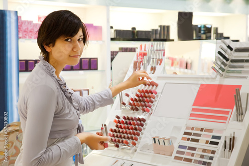 girl is buying lipstick