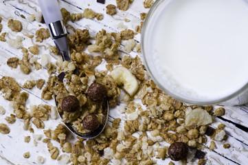 Szklanka mleka i musli owocowe
