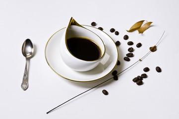 Czarna kawa w białej filiżance
