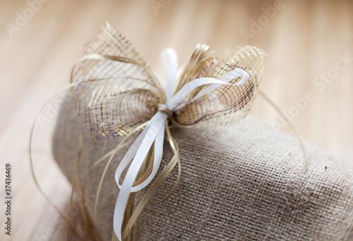 noeud de cadeau naturel toile de jute de auryndrikson photo libre de droits 37436469 sur. Black Bedroom Furniture Sets. Home Design Ideas
