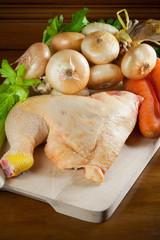 Coscia di pollo cruda con vegetali