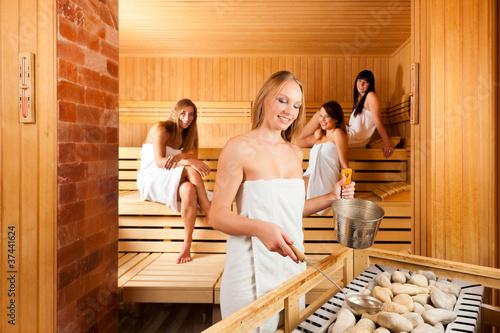 Wellness - Vier Frauen in der Sauna im Spa
