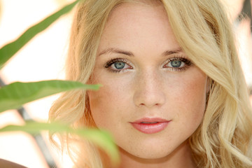 Portrait de jeune femme blonde