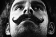 ritratto stretto in b/n di uomo con baffi