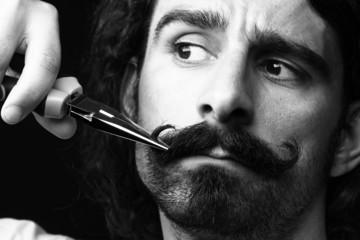 taglio di baffi con forbici