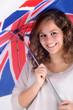 Adolescente souriante sous un parapluie anglais