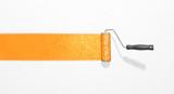 Fototapety weiße Wand mit Farbstreifen, orange