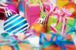 Paquets cadeaux et boules de Noël