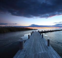 Steg am winterlichen See