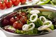 gegrillte Tintenfischringe mit Tomaten und frischem Salat