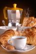caffè, croissant e caffettiera