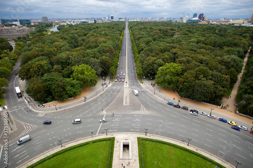 berlin, strasse des 17.juni, view to brandenburger tor