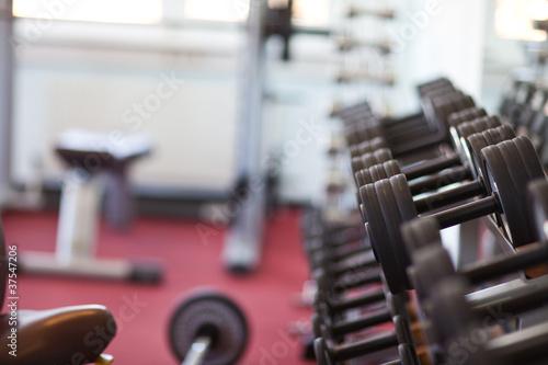Leinwanddruck Bild Hantelbank in einem Fitnesscenter