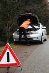 Autopanne mit Frau vor Motorhaube 2