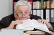 Mann frisst Buch