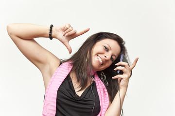 junge Frau mit Handy in Freude