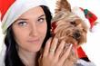 Femme et yorkie, à la fois porter des chapeaux de Santa.