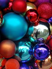 Boules de Noël de toutes les couleurs.