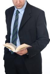 Giovane uomo che legge un libro