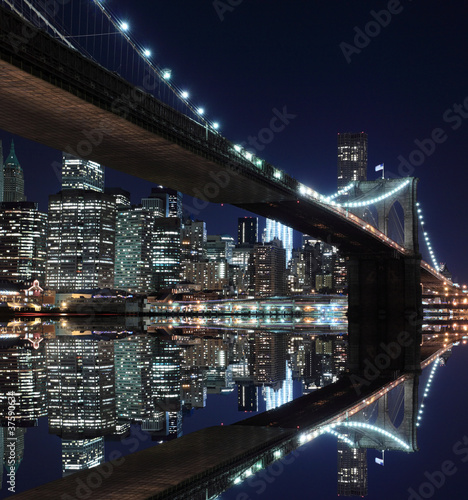 Fotobehang Meest verkochte foto's Brooklyn Bridge and Manhattan Skyline At Night, New York City