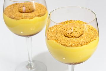 Dessert allo zabaione in coppa con granella di amaretto