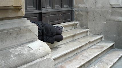 sdf dormant sur des marches