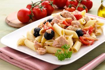 Pasta con tonno, olive e pomodorini