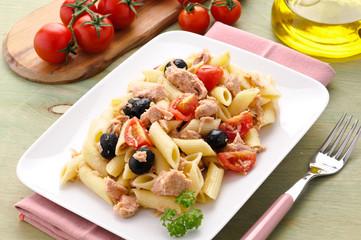 Piatto di pasta con tonno, olive e pomodorini