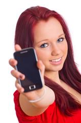 Frau zeigt Smartphone in die Kamera