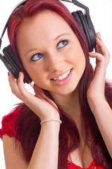 Portrait einer Frau beim Musik hören