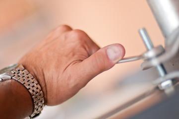 mano e chiave esagonale 1