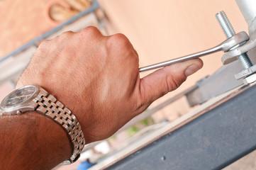 mano e chiave esagonale 2