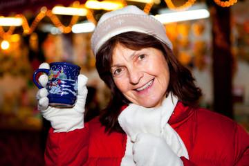 seniorin auf weihnachtsmarkt