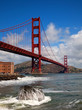 Golden gate bridge mit brandung