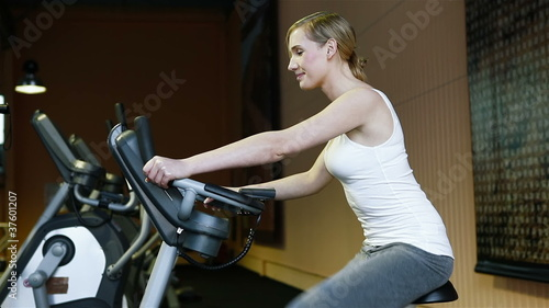 Woman on hometrainer holding thumbs up