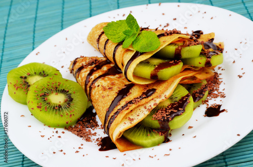 Kiwi crepes with chocolate sauce